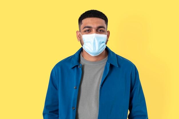 Indiase man vrijwilliger met gezichtsmasker in het nieuwe normaal
