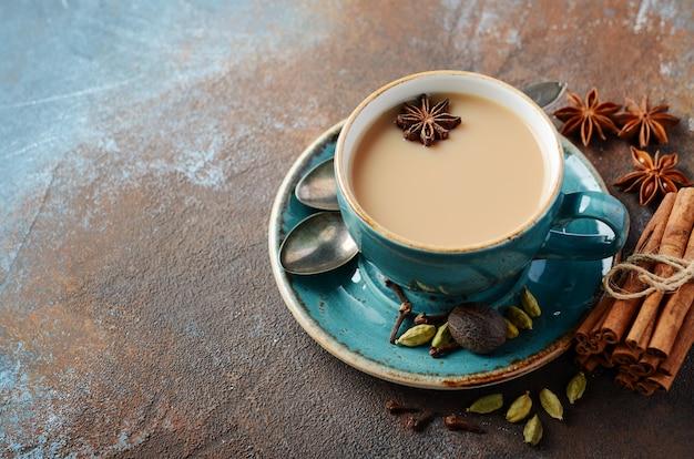 Indiase masala chai thee. gekruide thee met melk.