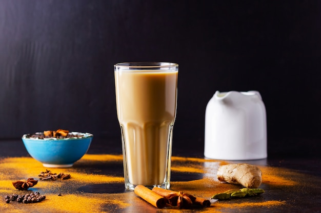 Indiase masala chai thee met kruiden in een kopje