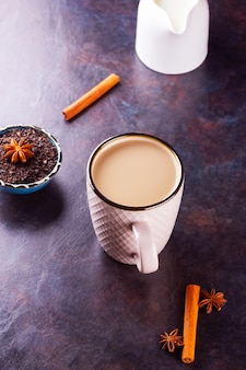 Indiase masala chai thee met kruiden in een mok