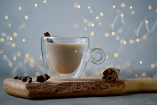 Indiase masala chai thee met steranijs en kaneelstokjes