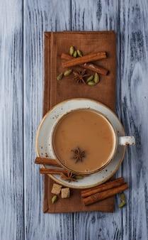 Indiase masala thee met kruiden