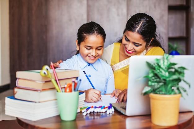 Indiase meid krijgt coaching in haar studie