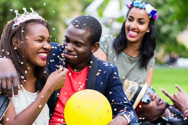 Indiase meisje en afrikaanse paar samen vieren op straatfeest