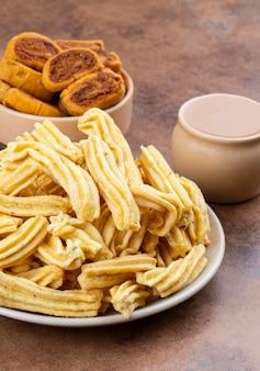 Indiase pittige snack ghatiya met bhakarwadi