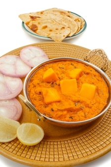 Indiase populaire keuken kaasboter masala geserveerd met tandoori roti