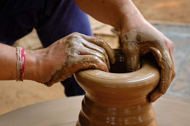 Indiase pottenbakker handen op het werk, shilpagram, udaipur, rajasthan, india