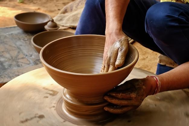 Indiase pottenbakker op het werk, shilpagram, udaipur, rajasthan, india