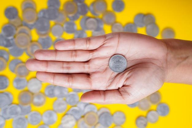 Indiase roepies munt vasthouden in de hand van de vrouw