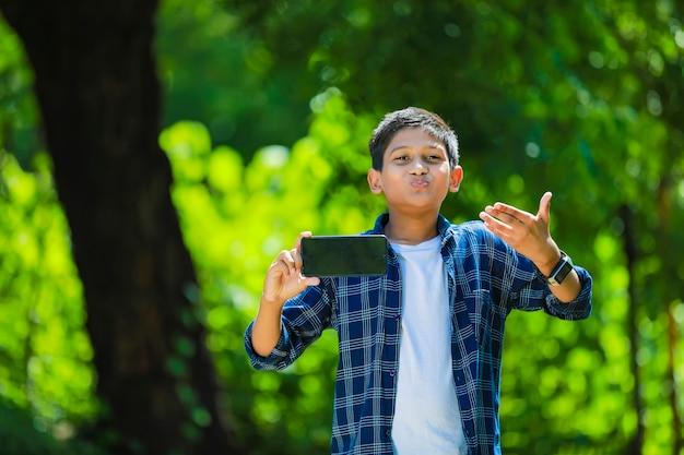 Indiase schattig kind weergegeven: smartphone