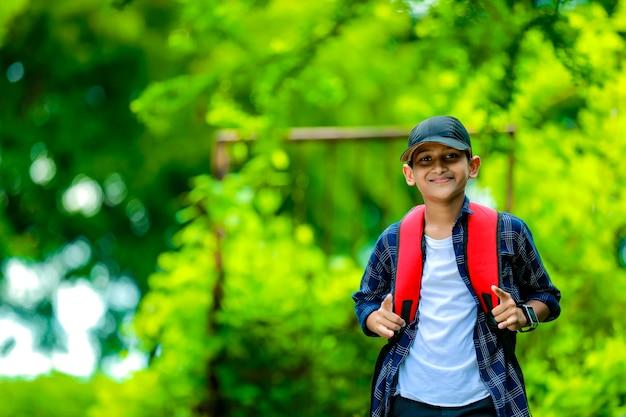 Indiase schattige schooljongen met rugzak