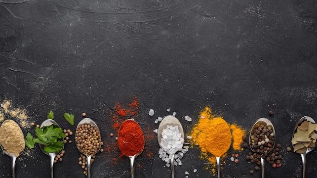 Indiase specerijen met kopie-ruimte bovenaanzicht