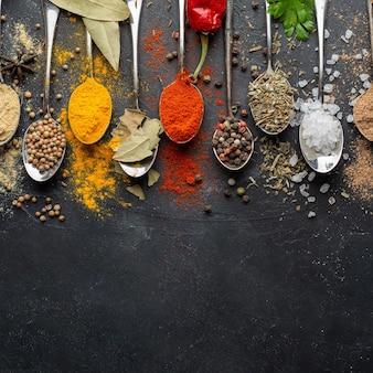 Indiase specerijen met kopie-ruimte plat