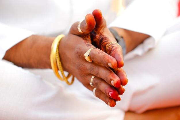 Indiase traditionele bruiloft: bruidegom hand