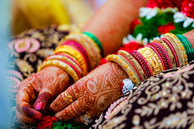 Indiase traditionele huwelijksceremonie bruid en bruidegom hand