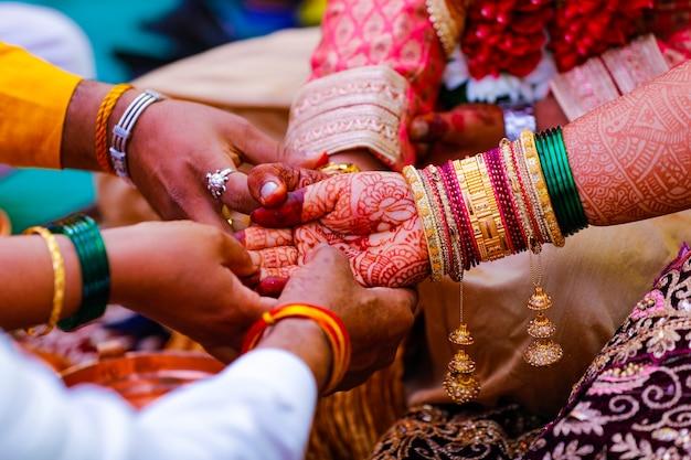 Indiase traditionele huwelijksceremonie bruids en bruidegom hand