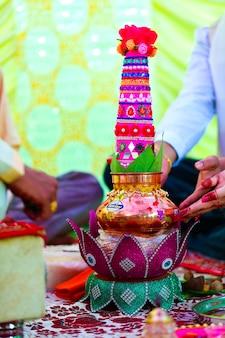 Indiase traditionele huwelijksceremonie decoratieve koperen kalash