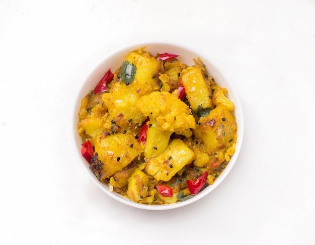Indiase traditionele keuken, gobi aloo vegetarische groenteschotel op wit