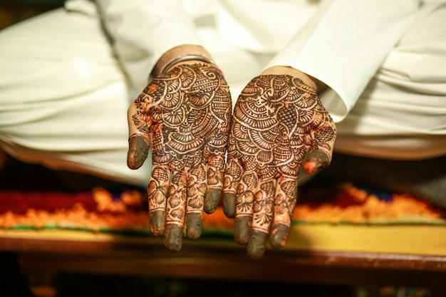 Indiase traditionele mehandi van de huwelijksceremonie op bruidegomhand