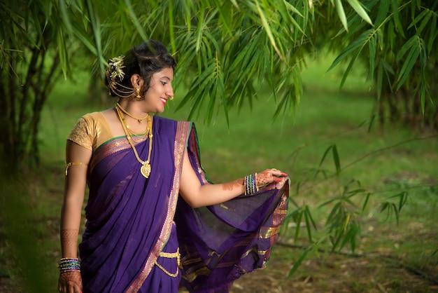 Indiase traditionele mooi jong meisje in saree poseren buitenshuis