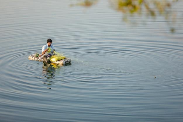 Indiase visser vissen in handgemaakte boot