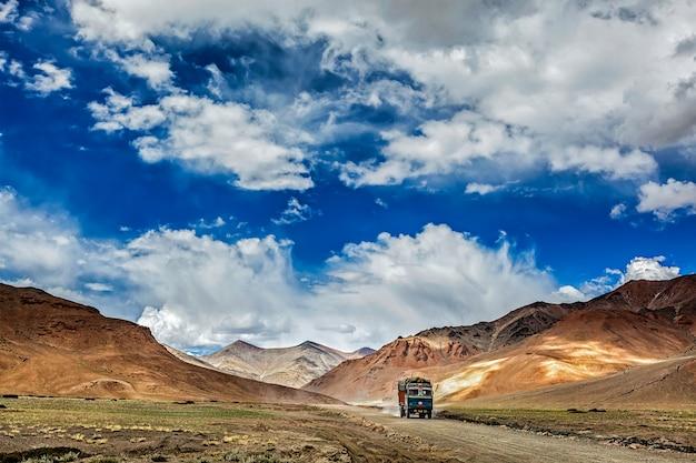 Indiase vrachtwagen op de snelweg trans-himalaya manali-leh in de himalaya.