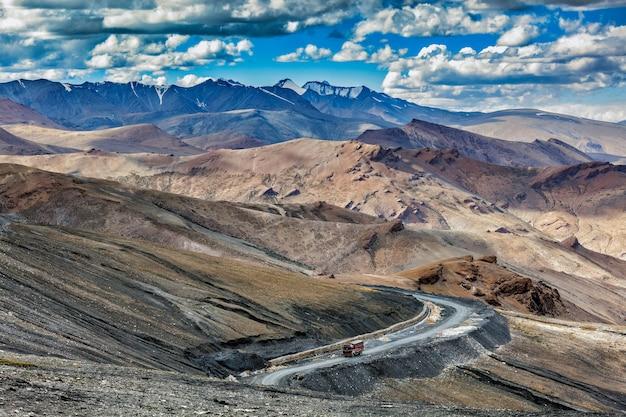 Indiase vrachtwagen op weg in de bergen van de himalaya