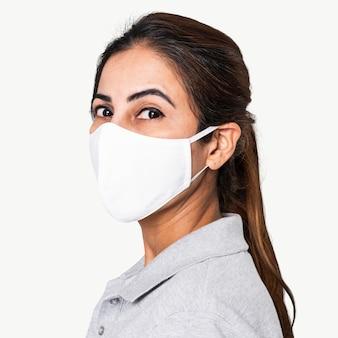 Indiase vrouw die een gezichtsmasker draagt tijdens het nieuwe normaal