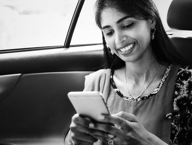 Indiase vrouw die mobiele telefoon gebruikt