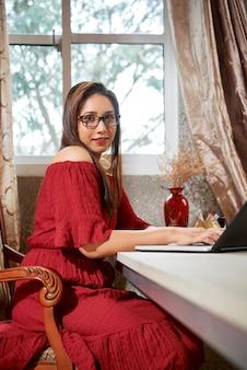 Indiase vrouw die op laptop werkt