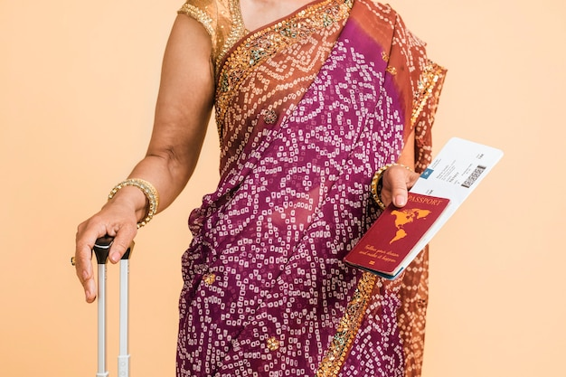Indiase vrouw in sari klaar om aan boord te gaan