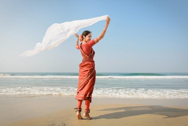 Indiase vrouw voelt vrijheid en geniet van de natuur