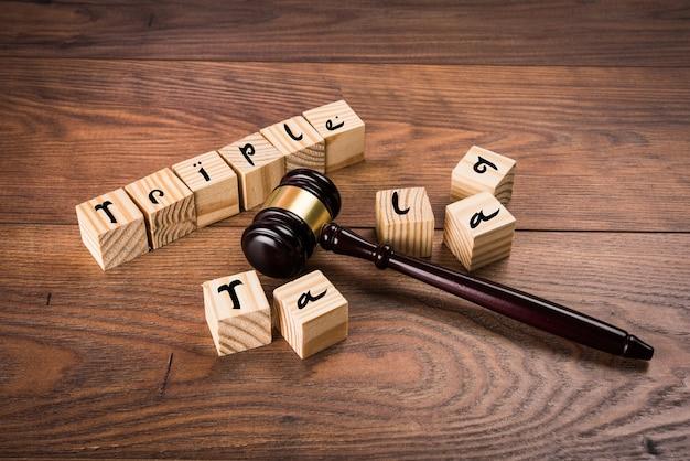 Indiase wet op triple talaq of echtscheiding met houten hamer en alfabet geschreven over houten blok