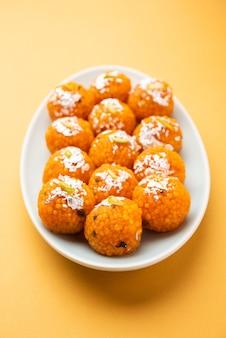 Indiase zoete motichoor laddooãƒâ'ã'â of bundi laddu gemaakt van grammeel, zeer kleine balletjes of boondis die gefrituurd en gedrenkt zijn in suikersiroop voordat er balletjes van worden gemaakt