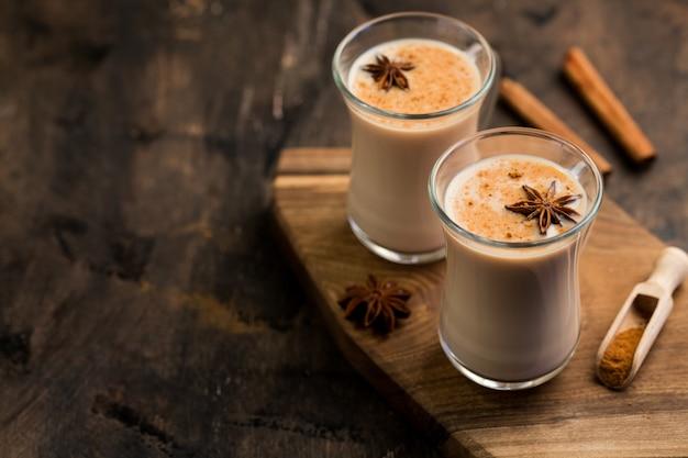 Indiase zwarte thee. thee masala. thee gekruid met melk. pittige verwarmende thee met melk