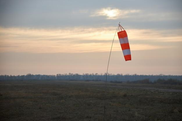 Indicator van snelheid en windsterkte op het vliegveld in de vorm van een conisch gestreepte mouw