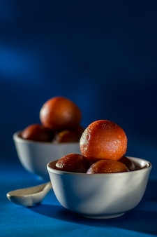 Indisch dessert: gulab jamun in kom