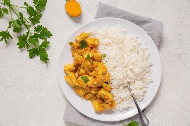 Indisch eten arrangement bovenaanzicht