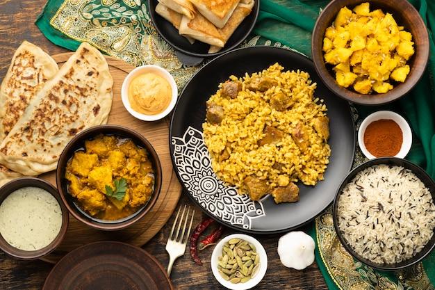Indisch eten arrangement met sari bovenaanzicht