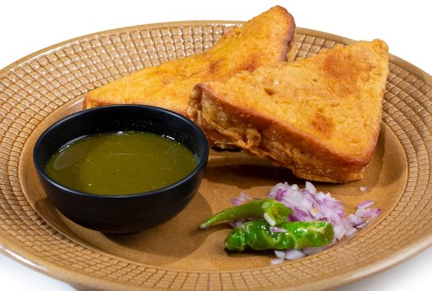 Indisch gebraden snackbrood pakora op wit