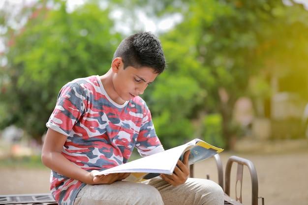 Indisch kind dat een boek leest