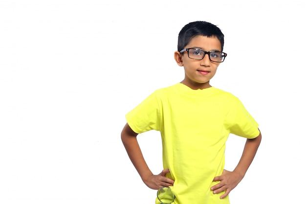 Indisch kind dat lenzenvloeistof draagt