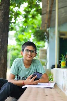 Indisch kind dat online lezing bijwoont