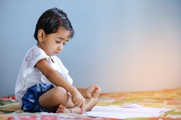 Indisch kind dat thuis bestudeert