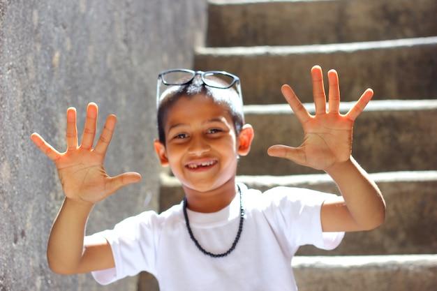 Indisch kind dat tien vingers toont