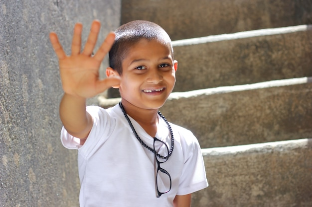 Indisch kind dat vijf vingers toont