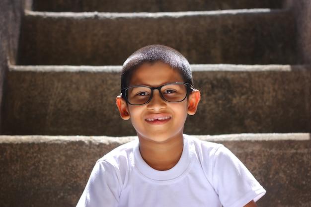 Indisch kind op lenzenvloeistof