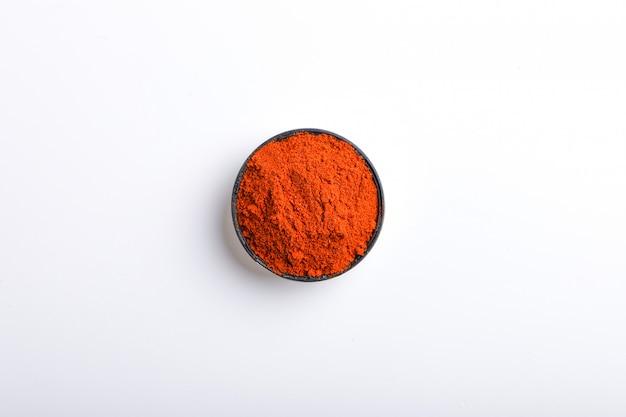 Indisch kruid rood spaanse peperspoeder in kom