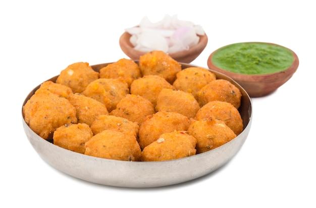 Indisch kruidig straatvoedsel dal vada op witte achtergrond