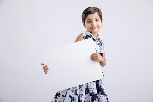 Indisch meisje dat leeg aanplakbiljet toont
